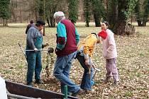 Společnost přátel Železných hor označila 30 druhů dřevin v zámeckém parku v Heřmanově Městci.
