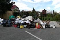 Chybějící sběrný dvůr v současnosti nahrazují pravidelné svozy velkoobjemového odpadu. Před jejich termíny se v ulicích Chrasti města vrší hromady nepotřebných věcí.