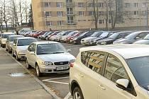 Na sídlišti U Stadionu se těžko hledá místo k zaparkování.