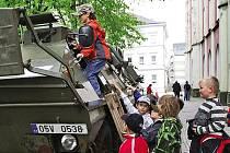 """Obrněné vozidlo OT 64 přímo láká k prohlídce. Ta byla ze strany žáků chrudimské """"Růžovky"""" vskutku zevrubná."""