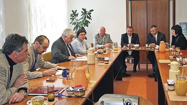 Při jednání se mimo jiné sešli zástupci města, senátu a parlamentu..