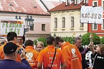 Proti studentům chrudimského gymnázia postavila ČSSD na mítinku oranžovou hráz, předseda strany Jiří Paroubek mezitím rozdával desítky autogramů.