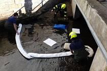 Hasiči nasadili norné stěny a pomocí sorpčního materiálu posbírali mastnou skvrnu o velikosti asi 8 x 3 m.
