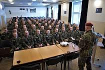 Velitel 43. výsadkového praporu Chrudim Ivo Zelinka (vpravo) přivítal 2. ledna 2020 v Chrudimi nováčky nastupující k výsadkářům.