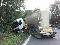 Nákladní automobil, který nehodu zřejmě způsobil z místa ujel. U Podhořan havaroval.