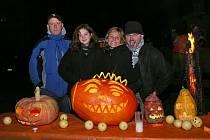 Na Resslově náměstí se lidé v sobotu bavili svátkem Halloween nejen dopoledne, ale především ve večerních hodinách. Kdo si ráno vyřezal dýni, chtěl si vyzkoušet, jak svítí potmě.