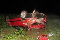 """Takhle """"řídí"""" alkohol: Vůz skončil na poli mezi Sečí a Kraskovem na střeše. Tři lidé byli zraněni."""