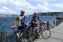 JAKUB VLČEK (vpravo) s kamarádem Tomášem na asijské straně Istanbulu.