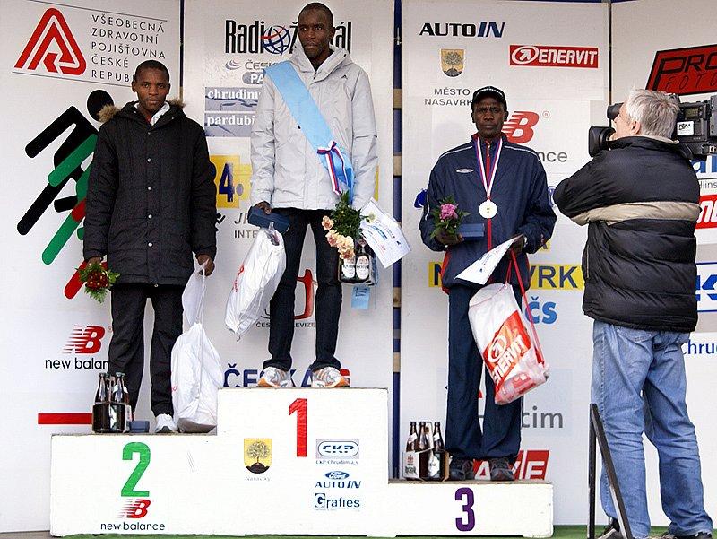 Na stupních vítězů je nejlepší trojice - zlatý Tanui (Keňa), stříbrný  Aliwa  (Uganda) a bronzový Komen (Keňa).