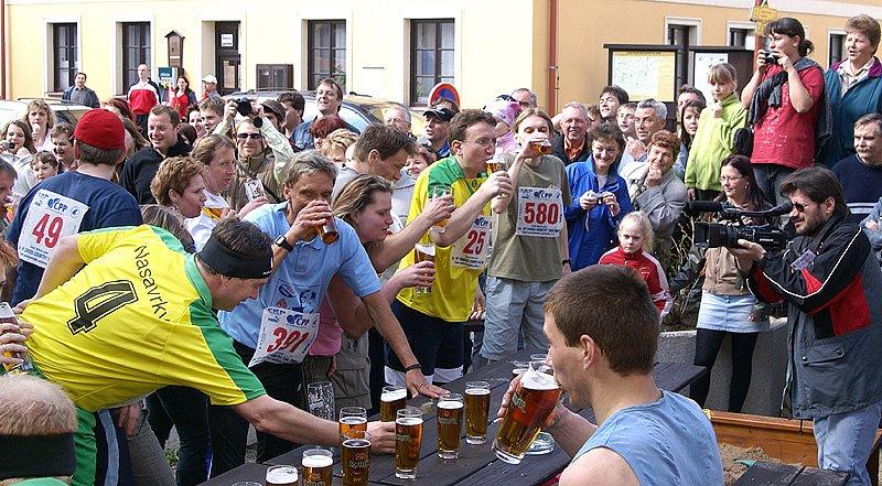 Pivního běhu se účastnilo 38 závodníků, mezi nimi i starosta Nasavrk Milan Chvojka, hejtman pardubického kraje Ivo Toman a místostarosta Chrudimi Roman Málek. Poznat byli podle slušivých žlutozelených nasavrckých dresů.