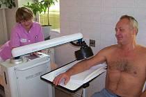 Nové přístroje slouží v Hamzově léčebně v Luži k rehabilitaci pacientů.