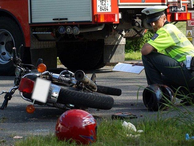 Motorkář se při nehodě u Heřmanov Městce těžce zranil.