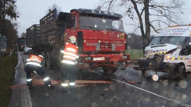 Na silnici č. 17 před Heřmanovým Městcem se střetly nákladníh vozidlo Liaz s přívěsem a dodávkové vozidlo Ford Tranzit.