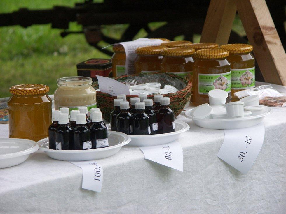 V sobotu na Veselém Kopci u Hlinska uskutečnil program věnovaný voňavému tématu – bylinkám. Zájemci si zde mohli koupit například bylinné čaje, včelí produkty, produkty z bylinek, koření a podobně.