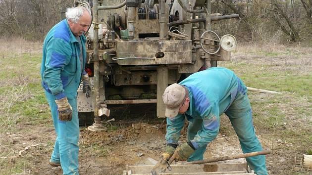 Až desetimetrové vrty byly prováděny na místě stavby při geologickém průzkumu.