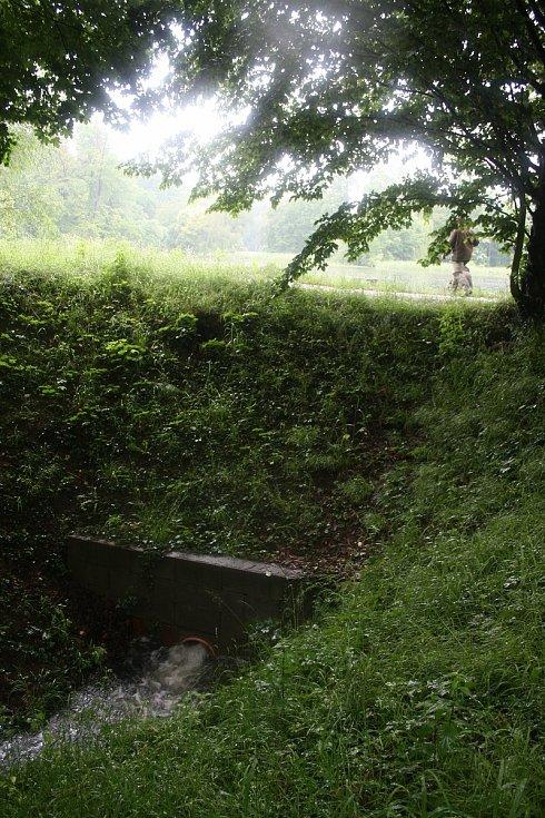 Hráz Zámeckého rybníka vydržela a rybník nepřetekl
