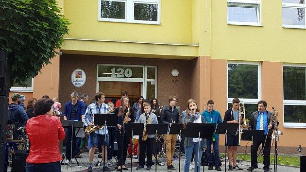 Místní škola v Třemošnici oslavila 120 let od jejího založení. Předvedli se místní dobrovolní hasiči, návštěvníky čekal bohatý kulturní program, ve třídách se vzpomínalo nad fotografiemi i kronikou školy.