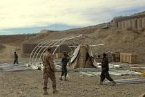 Chrudimští vojáci v afghánském Wardaku ukázali, jak se staví stan a zavádí elektřina