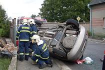 V Přestavlkách řidič osobního vozidla Škoda Fabia pravděpodobně nezvládl zatáčku, narazil do plotu a převrátil se na bok