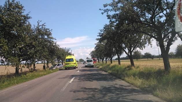 Při srážce s osobního vozu a autobusu mezi obcemi Zaječice a Orel byla jedna osoba zraněna.