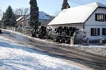 V Běstvině na křižovatce silnic Pařížov- Spačice došlo k havárii nákladního auta přepravujícího cement.