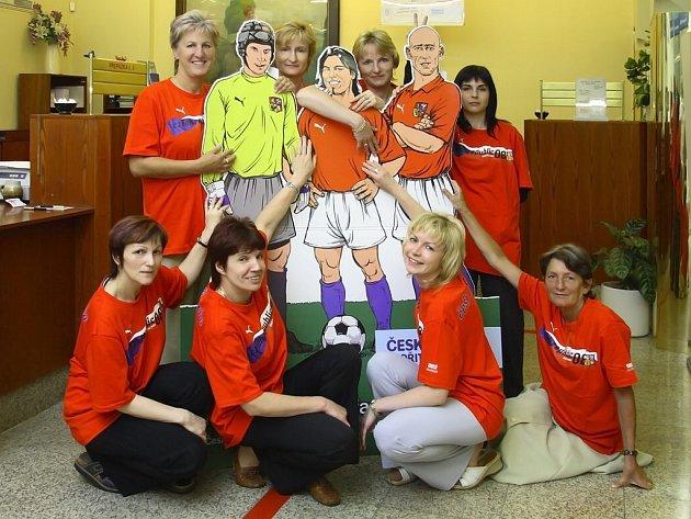 Tak s těmihle fanynkami nemůžou čeští reprezentanti zaručeně prohrát! Takhle fandí při EURO 2008 holky z hlinecké spořitelny.