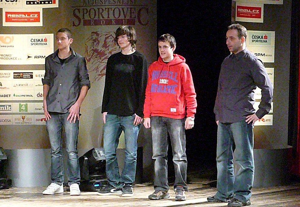 Stříbrný kolektiv mládeže: atletičtí starší žáci z AŠSK Chrudim při ZŠ U Stadionu s trenérem.