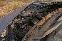 Auto se převrátilo na střechu, skončilo v potoce.