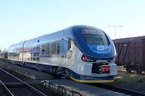 Modrý regionální vlak RegioShark jezdí nově na trati mezi Pardubicemi a Hlinskem.