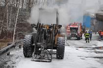 Požár nakladače v Prachovicích způsobil škodu za více než dva miliony korun.