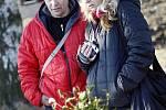 NÁVŠTĚVNÍCI SKANZENU na Veselém Kopci mohli vidět, jak vznikají krásné vánoční ozdoby, a nakoupit řadu neotřelých dárků.