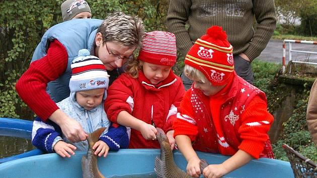Výlov rybníka v Loučkách přilákala mnoho lidí.