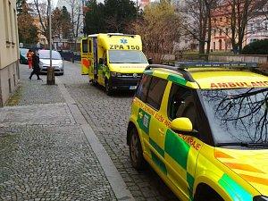Na pacientku vážící přes 200 kilo si museli zdravotníci povolat posily. Hasiče i speciální sanitu.