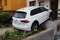 Řidič nejprve narazil do zaparkovaného auta a poté po schodech vjel do domu.