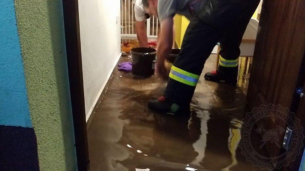 Zásah dobrovolných hasičů v Seči na náměstí, kde čerpali vodu