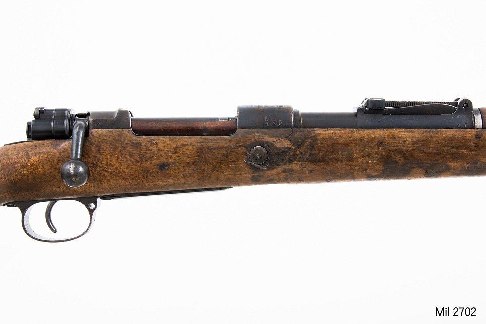 Detail zbraně, která měla zabíjet na Zámečku. Značení na pažbě začíná  písmeny ZSLT. Kdyby se ho podařilo identifikovat, lze zjistit, kde byly zbraně v době, kdy už je neměli Němci a ještě je nemělo pardubické divadlo.