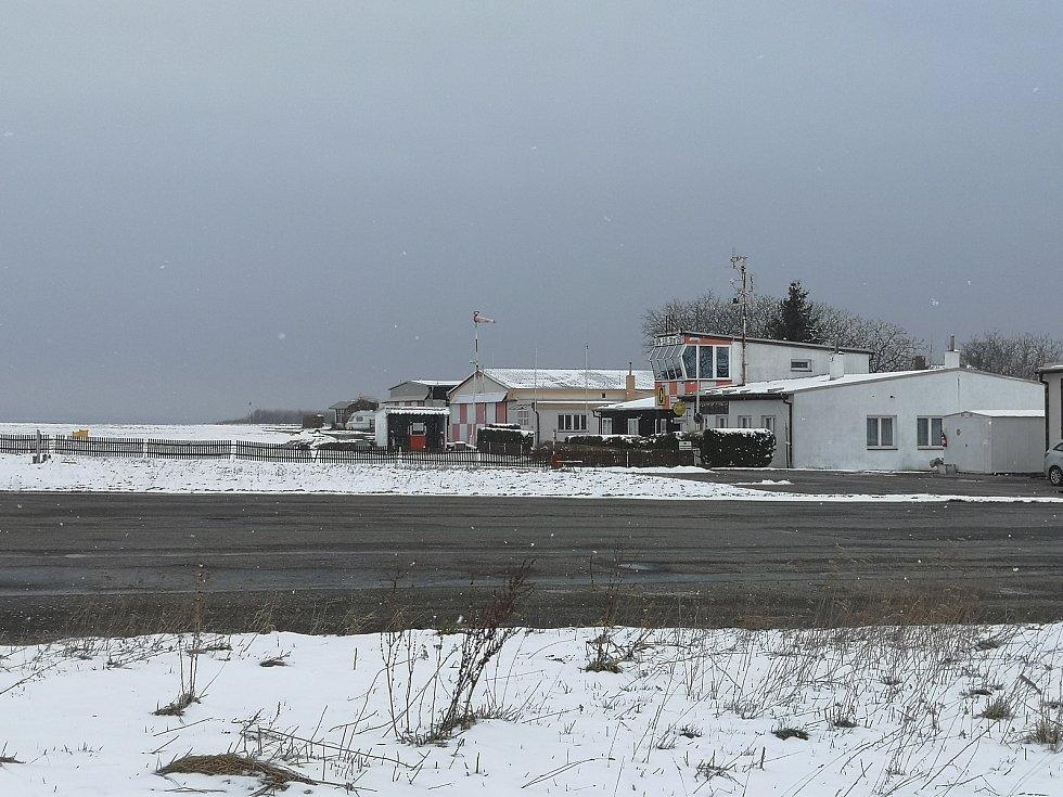 Letiště Podhořany - pohled na řídící věž.