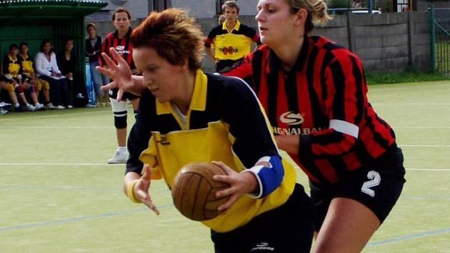 Štěpánka Bonaventurová (ve žlutém), útočnice HK Hlinsko.