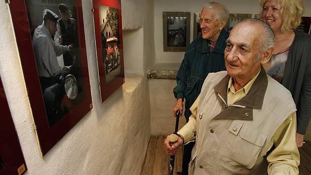 Jedenáct klientů domova pro seniory Drachtinka nafotilo charitativní kalendář Hodnoty času 2013. Snímky z kalendáře jsou k vidění také na výstavě  v zrekonstruovaném domku č. 178 v hlineckém Betlémě.