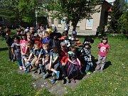 Malí kouzelníci se odpoledne sešli na školní zahradě.