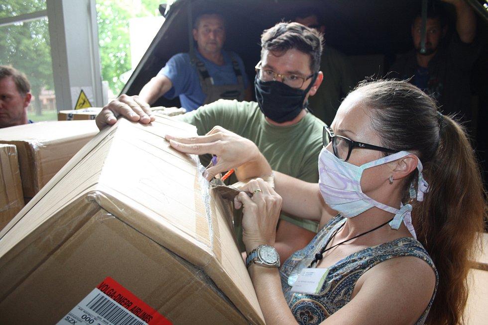 V pátek odpoledne dorazila zásilka do Hamzovy léčebny. Původně avizovaný milion roušek (viz jeden z dokumentů) byl snížen na 420 tisíc plus další materiál