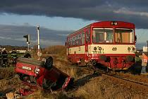 Srážka vlaku a osobního vozu na přejezdu.