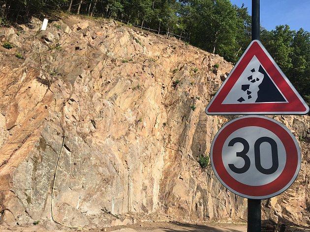 Skalní masiv nad silnicí ještě zajistí ocelové sítě.