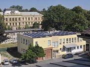 Pohled na střechu objektu osazenou fotovoltaickými panely.