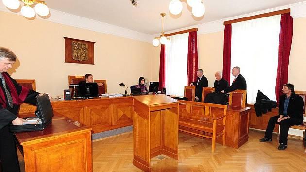 U Okresního soudu v Chrudimi stanuli v pondělí 16. května 2011 dva zkušební komisaři z Leteckých opraven Malešice. Obžaloba je viní z podílu na smrti vojenského výsadkáře, k níž došlo v lednu 2009 na letišti v Chrudimi..