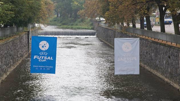 Jak je patrno i z těchto poutačů nad řekou Chrudimkou, věnují pořadatelé značnou pozornost propagaci UEFA Futsal Cupu v Chrudimi.