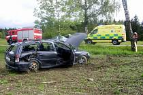 Auto skončilo po srážce s autobusem u Čertoviny v poli.