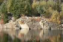 Prostředí zatopeného srnského kamenolomu.