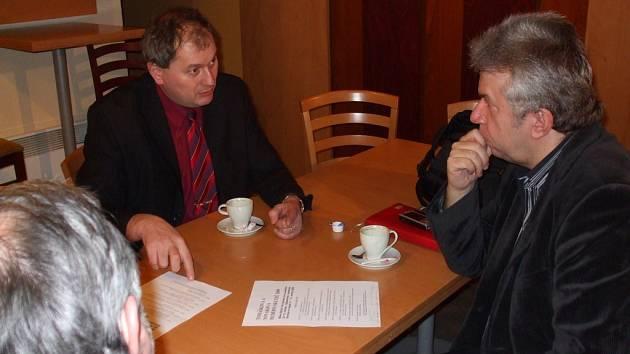JAROSLAV SVĚCENÝ (vpravo) hovoří se starostou Skutče Pavlem Novotným o podrobnostech organizace skutečského festivalu, který se uskuteční v druhé polovině května.
