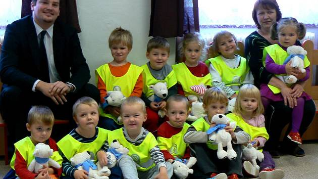 Děti z morašické mateřské školy dostaly od ministerstva dopravy plyšové medvídky.